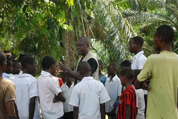 raoul parle aux jeunes de la forêt et de la menae du moratoire