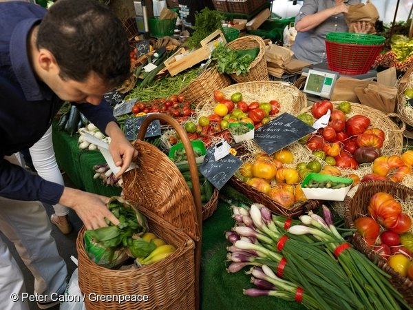 Farmers Market in Paris. 14 Jun, 2015.  © Peter Caton / Greenpeace
