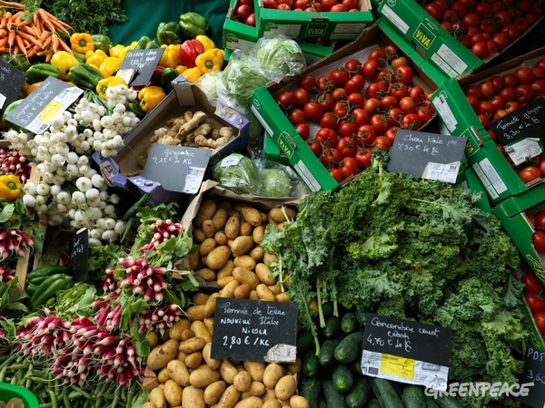 Ecological produce at Raspail Market in central Paris. It is one of the largest ecological markets in Paris. © Peter Caton / Greenpeace