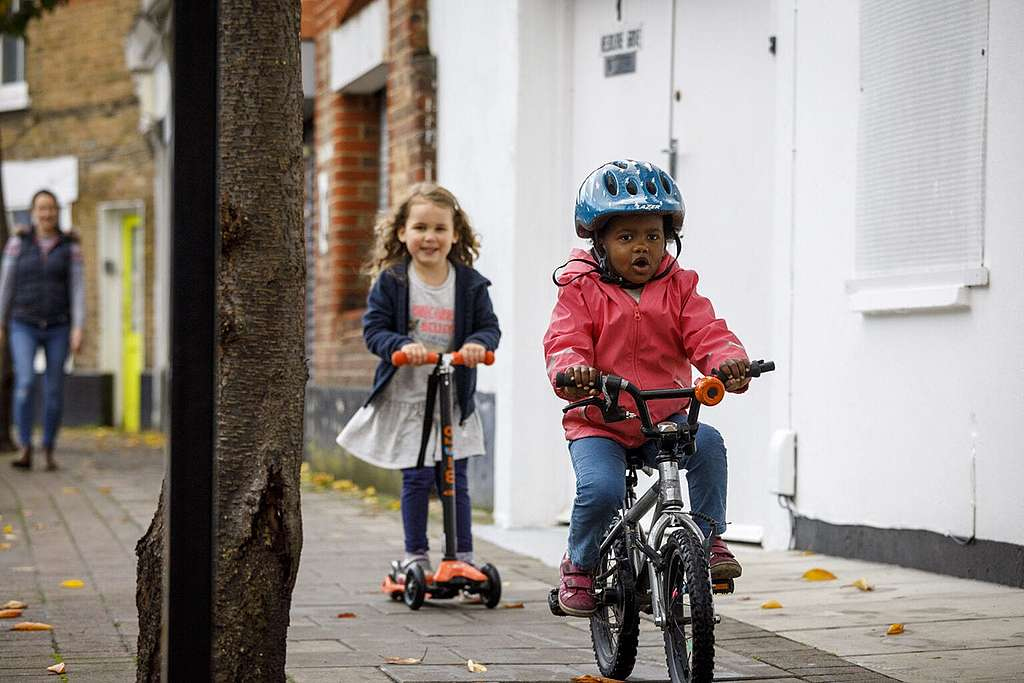 Children build up their cycling and scooting confidence in a new low traffic neighbourhood in London. © Crispin Hughes