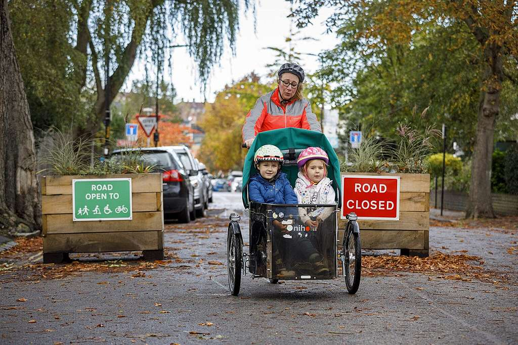 Quiet streets in low traffic neighbourhoods make it safer to transport young children on cargo bikes. © Crispin Hughes
