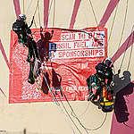 Activistas de Greenpeace bloquean el puerto de Shell en Rotterdam con velero, kayaks y avisos publicitarios