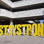#StayStrong: Greenpeace voor de deur van ziekenhuizen