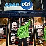 Greenpeace accroche des affiches au siège de l'Open VLD et du PS De Croo et Magnette optent-ils résolument pour le climat ?