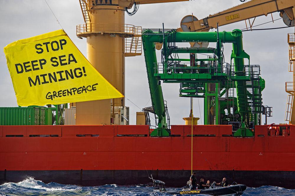Le Rainbow Warrior en action contre l'exploitation minière dans le Pacifique
