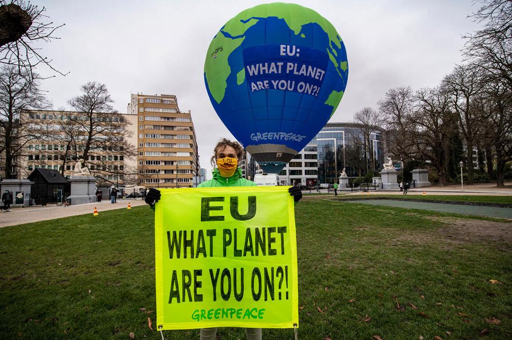 Une montgolfière au-dessus du sommet européen alors qu'enfle la crise climatique