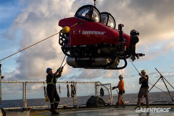 Submarino retornando de mergulho para o deck do navio Esperanza (Crédito: Marizilda Cruppe / Greenpeace)