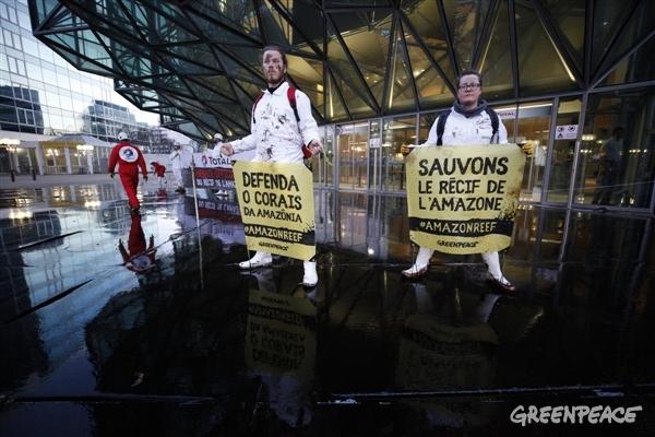Ativistas do Greenpeace na França simularam um derramamento na sede da petrolífera Total (Crédito: Simon Lambert / Greenpeace)