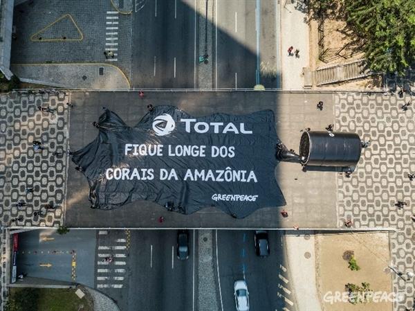 Banner de 24 x 14 metros em forma de mancha de óleo foi colocado sobre uma passarela que cruza a Avenida do Chile, no Rio de Janeiro. (Crédito: Fernanda Ligabue / Greenpeace)