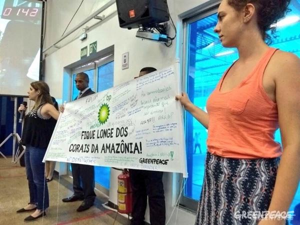 Ativistas entregam banner à BP com mensagens de pessoas que não aceitam a exploração de petróleo perto dos Corais da Amazônia. (Crédito: Juliana Costta / Greenpeace)