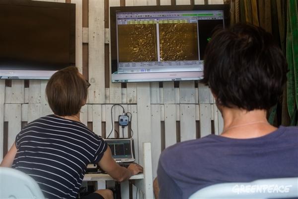 A bordo do Esperanza, rádio-operador e cientista analisam imagens da sonda que escaneia o fundo do mar. (Crédito: Marizilda Cruppe / Greenpeace)