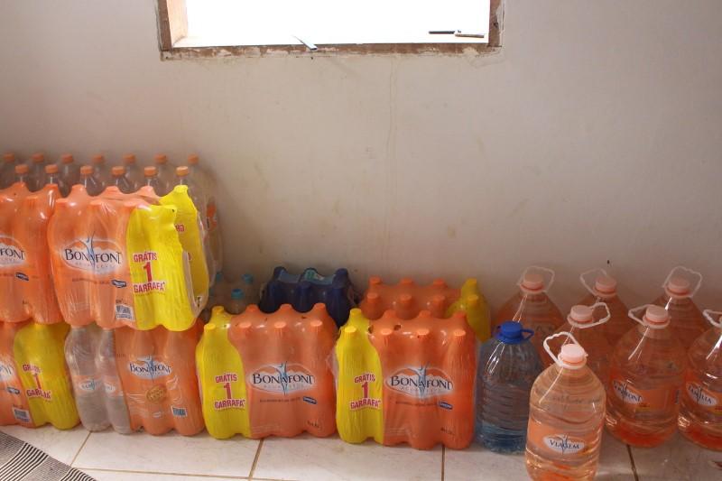 Garrafas de plástico distribuídas pela Samarco.