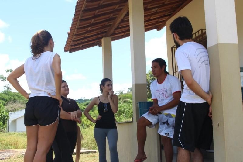 Pesquisadores conversam com o povo Krenak.