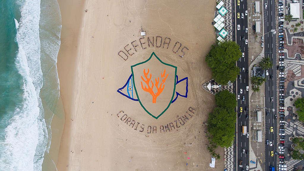 Banner humano na prais de Copacabana em defesa dos Corais da Amazônia.