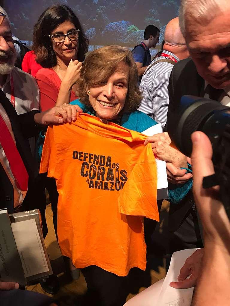 A ocenógrafa Sylvia Earle segura camiseta em defesa dos Corais da Amazônia.