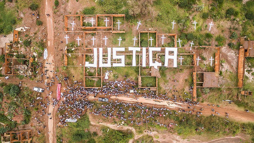 Vista aérea da palavra justiça nas ruínas de Bento Rodrigues durante manifestação