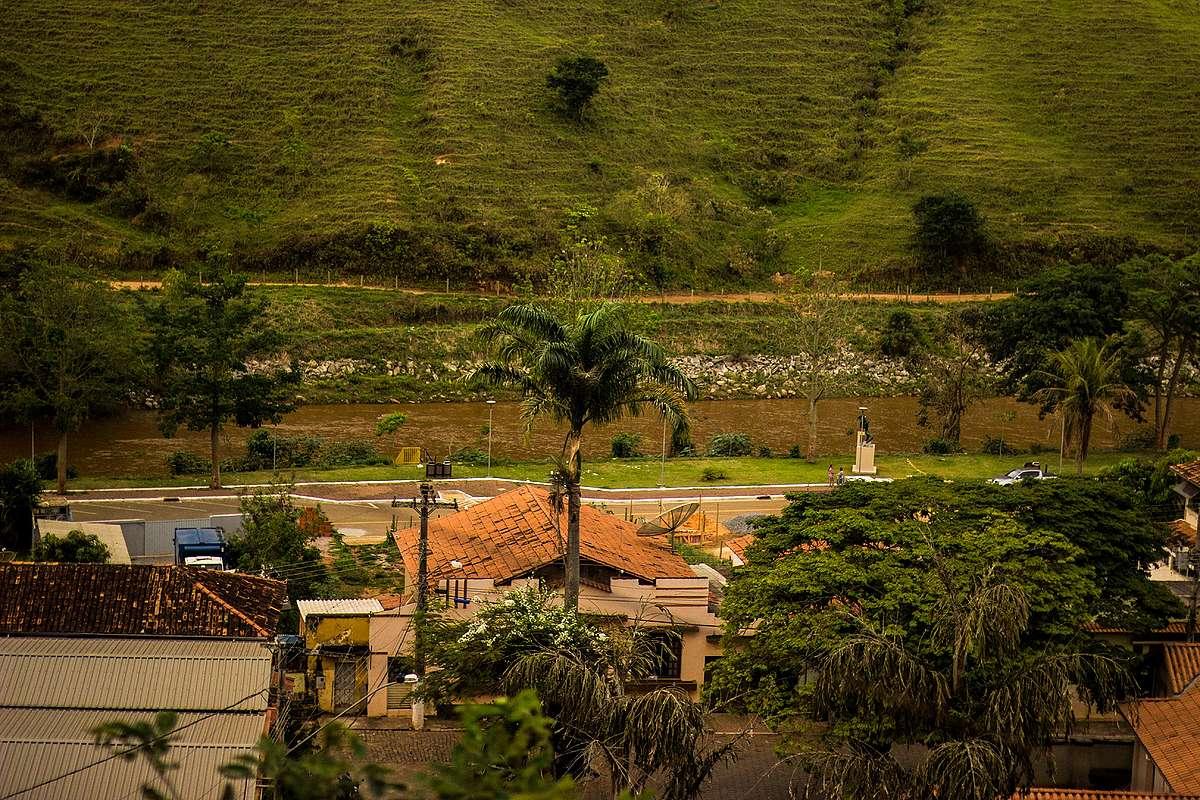 Vista da casa de Simone, na parte alta da cidade, para a praça central, às margens do rio Gualaxo, por onde a lama chegou em Barra Longa.