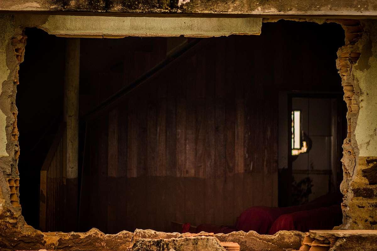 Janela de casa destruída pela lama em Bento Rodrigues