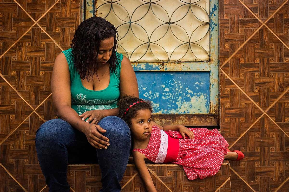 A professora Simone Silva e sua filha Sofya, que teve a presença de metais pesados no organismo confirmada por exames.
