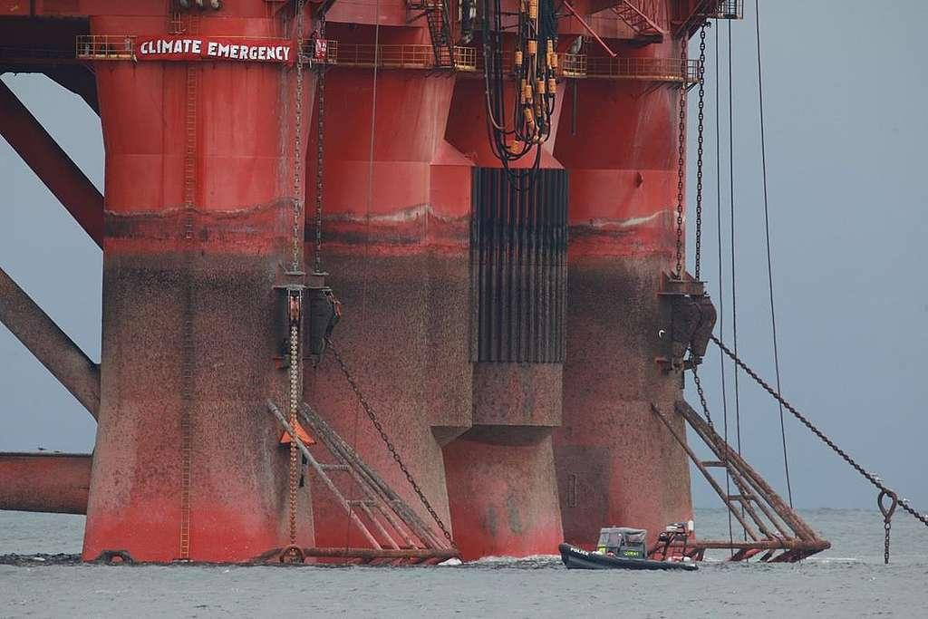 Greenpeace Climbers on BP Oil Rig Scotland. © Greenpeace