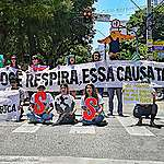 Ativistas do Fridays for Future Ceará na Greve Global pelo Clima em 15 de março. Eles carregam faixas e cartazes com a mensagem: SOS Clima