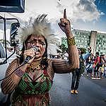 A mulher indígena Nara Baré discursa ao lado de carro de som em Brasília
