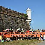 """Ativistas carregam cartaz na Greve Global pelo Clima em Macapá, no Amapá, em 20 de setembro. No cartaz está escrito """"Estamos em Emergência Climática, não existe planeta B"""""""