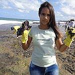 garota com petróleo nas luvas depois de ação de coleta