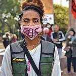 Francielle da Silva, 22 anos, na Greve Global pelo Clima, em Porto Alegre (RS), em 20 de setembro, com máscara no rosto escrito s o s