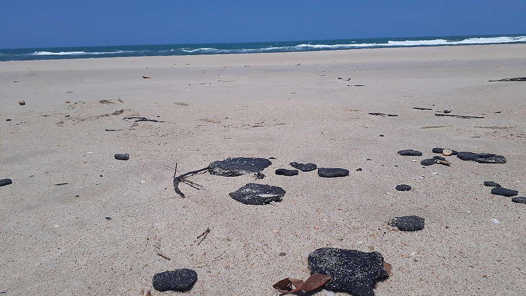 mancha de petróleo na areia