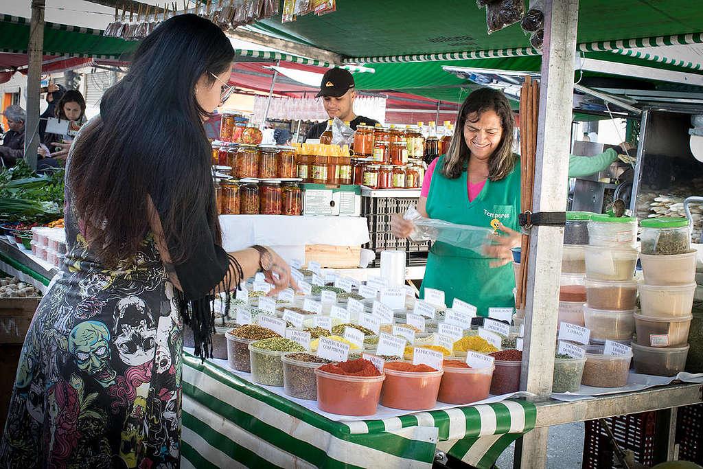 feirante vende produtos