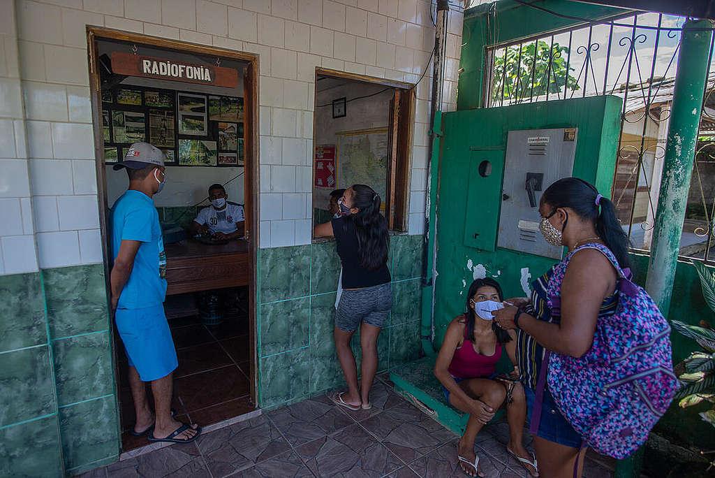 São Gabriel da Cachoeira (AM), banhada pelo rio Negro, a cidade mais iJovens da Rede Wayuri de Comunicação Indígena transmitem informações sobre a Covid-19 para as comunidades indígenas do Rio Negro. © Christian Braga / Greenpeace