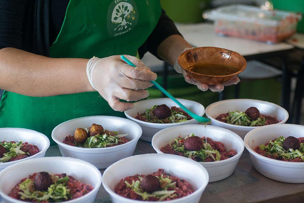 Preparação de marmitas. @Carlos Oliveira / Greenpeace