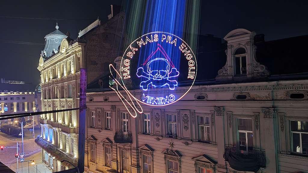 Não dá mais para engolir | Ilustração projetada em Lviv, Ucrânia contra o Pacote do Veneno