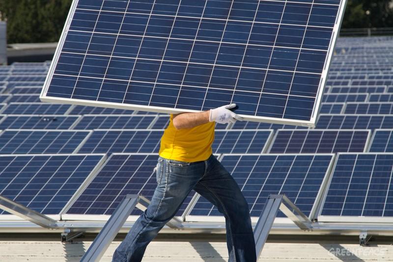 Wohlen AG, 20. September 2012: Um aktiv an der Energiewende beizutragen, steigen die Solarmacher und Jugendsolar, bestehend aus Mitarbeitenden und Freiwilligen von Greenpeace Schweiz, selber aufs Dach um am Bau der grössten Photovoltaikanlage der Deutschschweiz in Wohlen (AG) mitzuhelfen. 25'000 m2 gross muss die Anlage werden, hierfür werden ca. 13'000 Solarpanels verlegt. Insgesamt hat die Anlage eine Leistung von 2.8 MWp (Megawatt). Das genügt für 600 Haushalte. © Greenpeace / Jonas Scheu