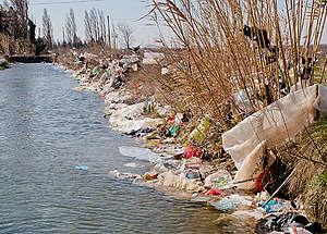 """Пластмасов боклук, разнесен от доскоро открито сметище за битов отпадък """"Ла Кро""""в Ентресен, Франция"""