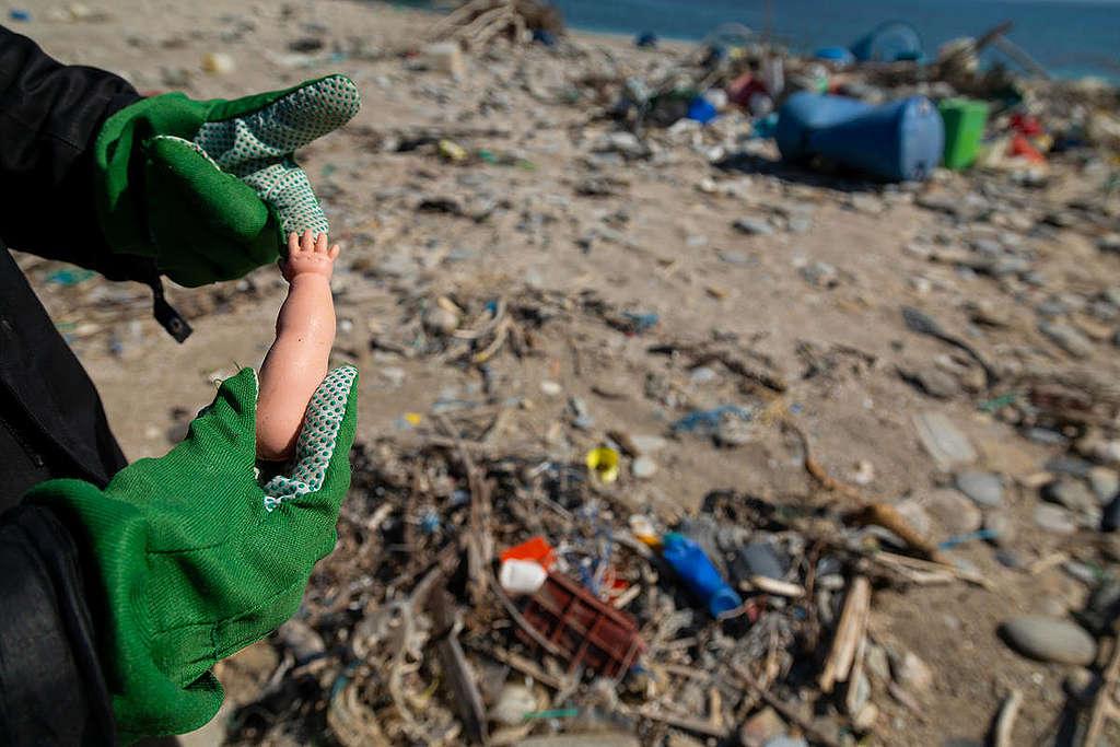 """Голямо разнообразие от пластмаси се е завърнало на плажа Чаракас. © Константинос Статиас/ """"Грийнпийс"""""""