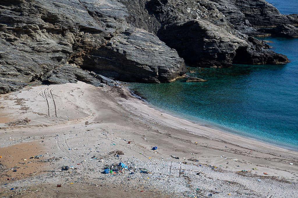"""Плаж Чаракас в Евия, Гърция, само 8 месеца след почистването. © Константинос Статиас/ """"Грийнпийс"""""""