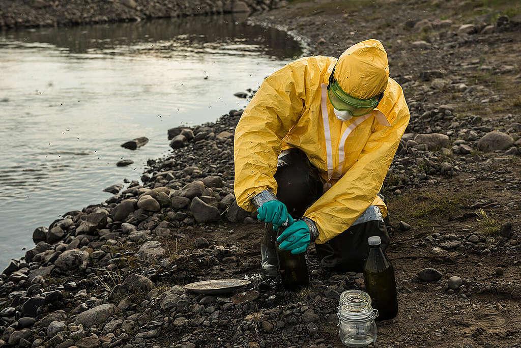 """Изземане на проби от река Пясина, замърсена от нефт в руската част на Арктика. © Дмитрий Шаромов / """"Грийнпийс"""""""