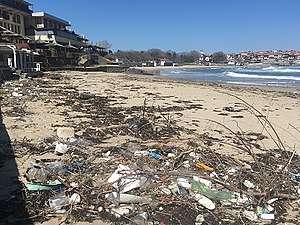 Пластмасово замърсяване на плаж в Созопол, април 2020 г.