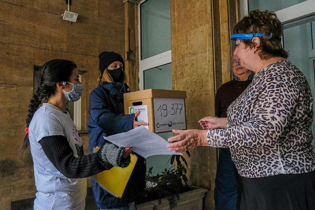 """Евгения Ташева от """"За Земята"""" (вляво) и актрисата Лили Гелева (с кутията) предават петицията на служител на МОСВ, октомври 2020"""