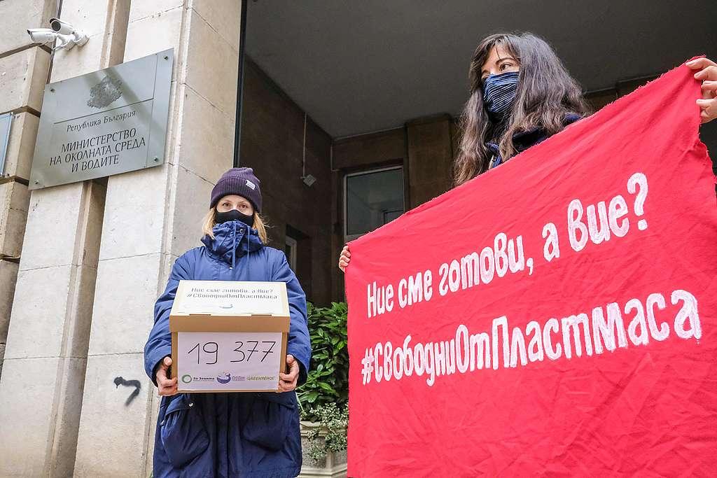 """Актрисата Лили Гелева (вляво) и Данита Заричинова от """"За Земята"""" (вдясно) на входа на МОСВ, октомври 2020"""