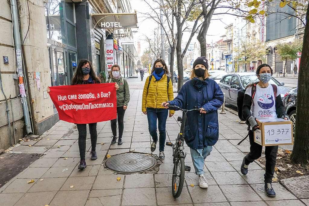 """Предаване в МОСВ на петиция за справяне с пластмасовото замърсяване от актрисата Лили Гелева (с колелото) и екип на """"Грийнпийс"""" – България и """"За Земята"""", октомври 2020"""