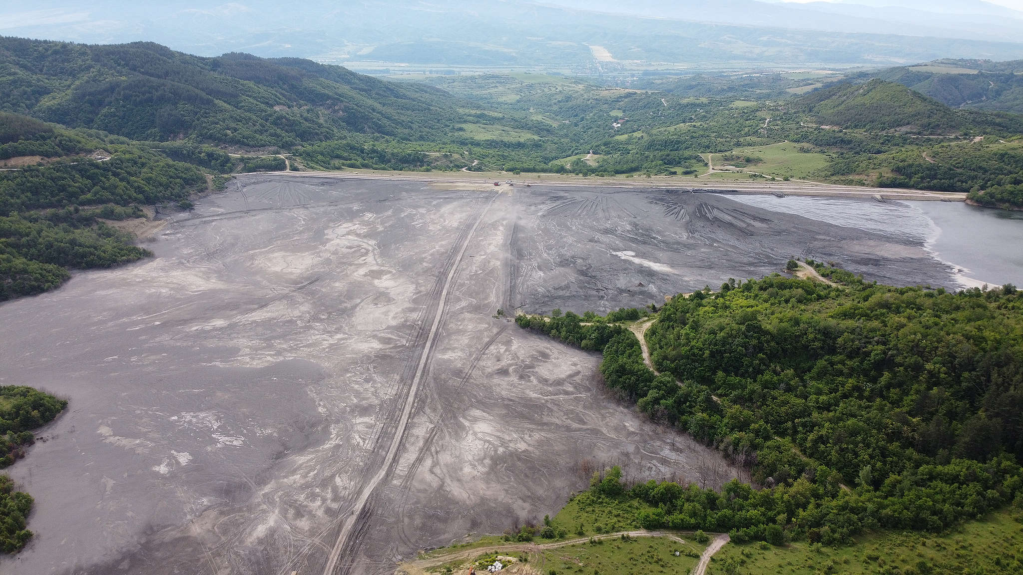 """""""Каменик"""" – депо за съхранение на отпадъците от дейността на ТЕЦ """"Бобов дол"""", въздушна снимка, август 2020 г."""