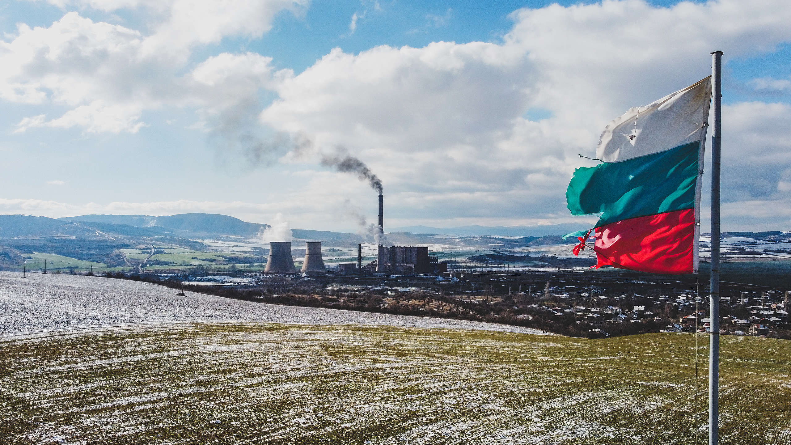 """ТЕЦ """"Бобов дол"""" изпуска непречистени емисии (от високия комин) по време на разпалване на инсталацията, въздушна снимка до стар български трибагреник, Големо село, януари 2021 г."""