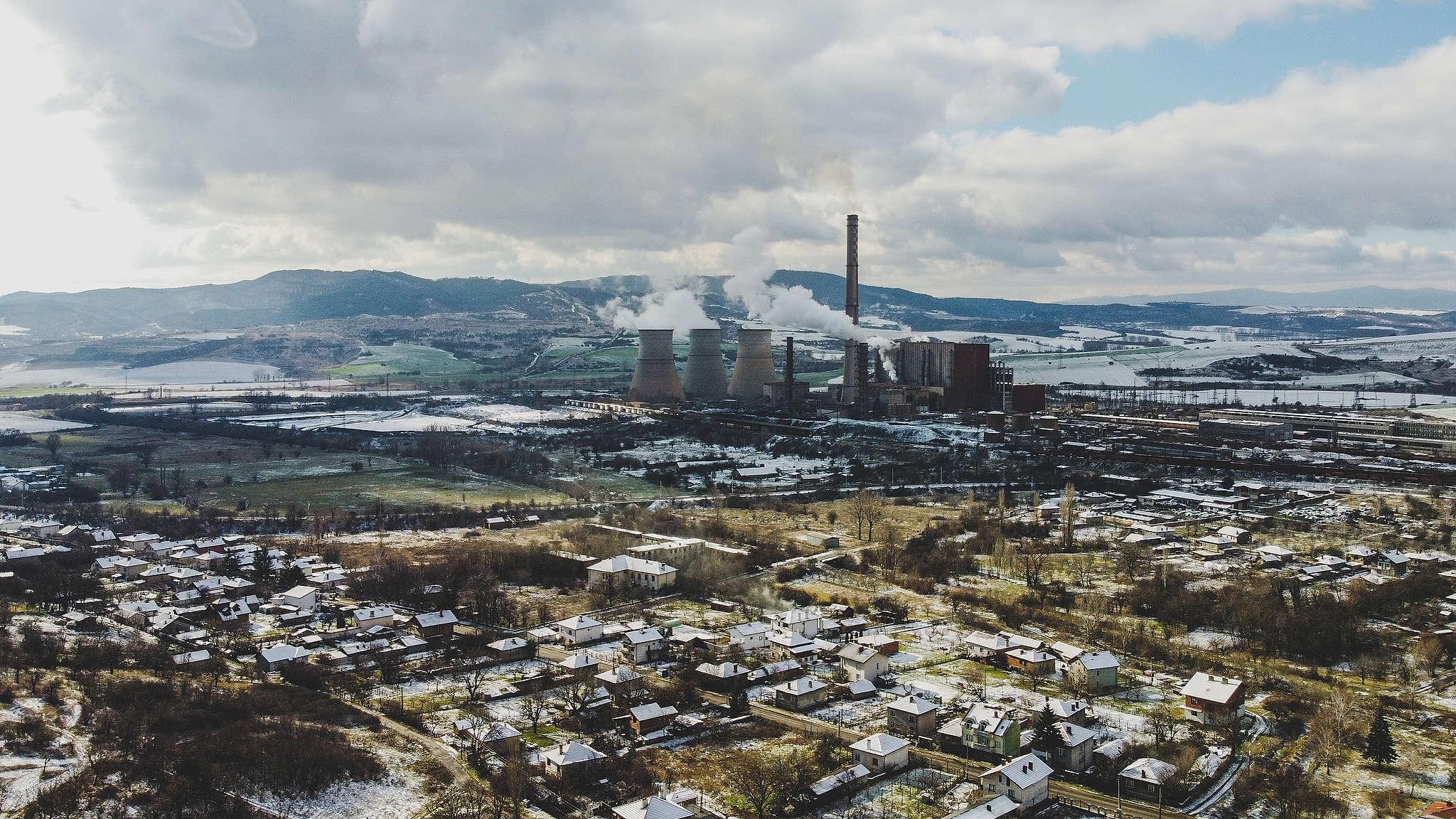 """ТЕЦ """"Бобов дол"""" изпуска непречистени емисии (от високия комин) по време на разпалване на инсталацията, въздушна снимка над Големо село, януари 2021 г."""