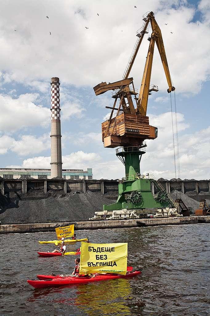 """Акция с каяци в знак на протест срещу използването на въглища, 2014 г., ТЕЦ """"Варна"""""""