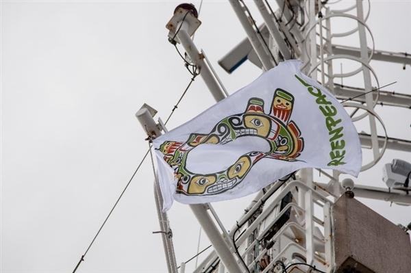 The renewed Sisiutl Crest flies proudly alongside international Greenpeace and Haida Nation flags on the Esperanza ship. © Joseph Strohan / Greenpeace.