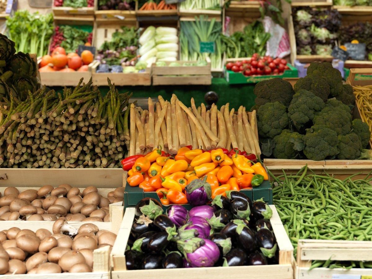 Ecological Produce at Farmers Market in Paris. © Peter Caton / Greenpeace