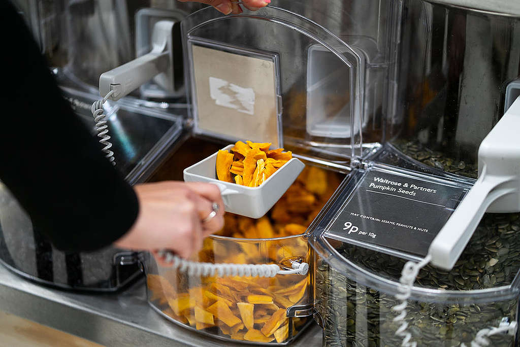 Dried Mangos at a Refill Station. © Isabelle Rose Povey / Greenpeace